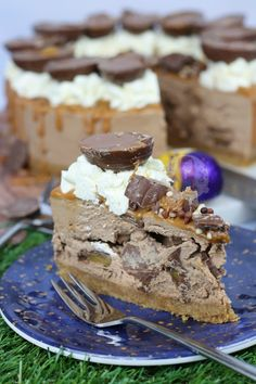 A No-Bake Cadbury's Caramel Cheesecake with a Buttery Biscuit Base, Chocolate Cheesecake filling with Cadburys Caramel Chunks, Whipped Cream, Caramel Drizzle, and Cadbury's Caramel Eggs! Caramel Cheesecake, Easy Cheesecake Recipes, Cheesecake Desserts, Pie Dessert, Dessert Recipes, Chocolate Cheesecake, Chocolate Cakes, Bar Recipes, Healthy Recipes