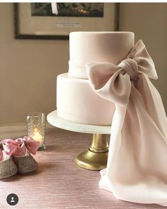 For those with a sweet tooth, selecting the perfect wedding cake for one's wedding can prove to be one of the favorite aspects of the wedding planning process. Wedding Cake Cookies, Diy Wedding Cake, Bow Cakes, Cupcake Cakes, Croquembouche, Dusty Pink Weddings, Profiteroles, Festa Party, Cake Trends