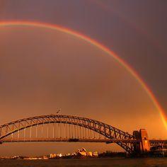 Un arcobaleno sul Sydney harbour bridge, in Australia