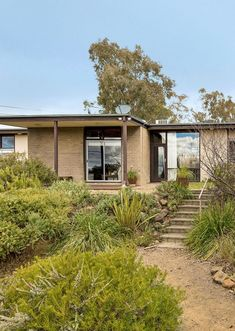 An mid-century architectural gem in Mount Martha restored to glory, complete with terrazzo tiles and original swimming pool. Mid Century Modern Living Room, Mid Century House, Mid Century Modern Design, Australian Architecture, Australian Homes, Residential Architecture, Vintage Interior Design, Interior Colors, Penthouse Garden