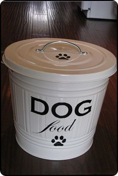 DIY dog food container made from an IKEA bucket Food Dog, Cat Food, Dog Food Recipes, Pet Food Container, Food Containers, Storage Containers, Animal Projects, Animal Crafts, Craft Projects