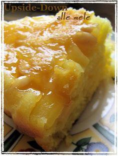 """* UPSIDE-DOWN DI MELE ALLA GRECA * Non è facile definire questo dolce squisito: una via di mezzo tra la classicissima torta di mele che impariamo a fare sin da piccoli ( un bicchierino di yogurt, uno di olio di semi, eccetera) e una """"tatin"""", cotta rovesciata ( upside-down) con le mele che rimangono caramellate in superficie e quel sapor mediterraneo dello yogurt e del miele. Ingredienti: 4 mele succo di limone zucchero di canna 120g pinoli 50g liquore al mandarino q.b. (o altro a..."""