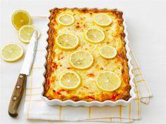 Mehevä piirakka on pikkusuolainen parhaasta päästä. Se sopii sellaisenaan lounaaksi tai tarjttavaksi illanistujaisissa tai noutopöydässä. Piirakan pinnalle tulevat sitruunat viimeistelevät maun ja antavat kauniin ulkonäön.