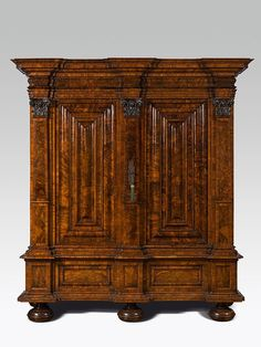 barocker hallenschrank frankfurt um 1700 weichholzkorpus nussholz furniert z t geschnitzt hoh