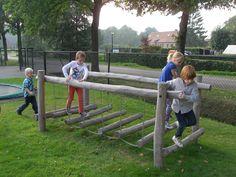 Spelen op de wiebelstap bij 't Boerderijke #speeltoestellen #wiebelstap #wiebelbrug #speeltuin #kinderdagverblijf #spelen #buitenspelen SICURO Modulaire Speeltoestellen www.sicuro.nl