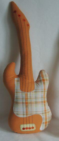 Guitarra confeccionada em tecido.