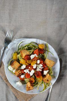 Spaghetti de courgette au pesto, tomates rôties, feta et croûtons - Recette végétarienne et facile