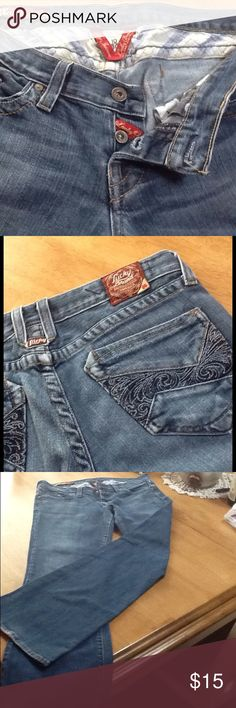 Great pair of Lucky Brand jeans 🎸💯♨️ These jeans have lots of style and nice detail. Soft and comfy. Slight fray at hem. Cute detailing on pockets. 31 inch inseam. Lucky Brand Jeans Flare & Wide Leg