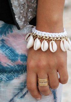 SEASIDE - NOHOLITA BLANC- chaine dorée, ornée de coquillage - fils de nylon blanc : Autres bijoux par maridou-bracelets