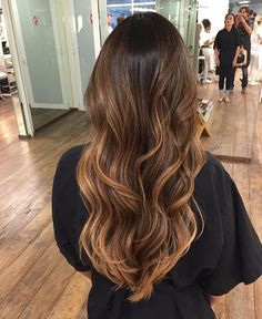 curly haircuts pictures mechas balayage en tonos caramelo ideal para morenas 5219