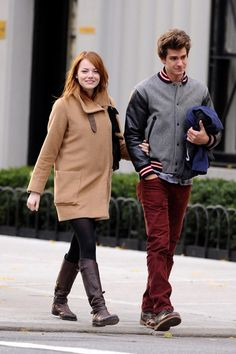 Emma Stone & Andrew Garfield: Holding Hands in NYC!: Photo Emma Stone and her boyfriend Andrew Garfield go for a romantic afternoon stroll on Sunday (November in the East Village neighborhood of New York City. Dove Cameron, Hugo Restaurant, Emma Stone Outfit, Emma Stone Blonde, Emma Stone Andrew Garfield, Ema Stone, Emma Stone Style, Popular People, Amazing Spiderman