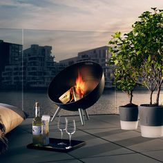 Eva Solo's FireGlobe outdoor fireplace creates a cosy and pleasant atmosphere and warms cool nights on the patio or in the garden. The design of the round fireplace is both sculptural and innovative: due to the integrated handle it is easy to lift and move around.