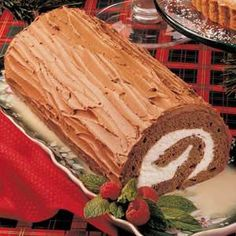 Chocolate Yule Log Recipe- Recipes For many years, this impressive rolled cake has been a favorite Christmas dessert for our family— everyone just loves it! Plus, I'm always asked to bring the rich chocolaty treat to our annual church Christmas function. Chocolate Yule Log Recipe, Chocolate Log, Swiss Chocolate, Dessert Chocolate, Chocolate Buttercream, Buttercream Frosting, Christmas Yule Log, Yule Log Cake, Pan Sin Gluten
