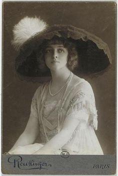 Jane Renouardt avec un grand chapeau. ca.1910 Léopold Reutlinger.