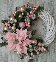Decoration Evenementielle, Decoration Christmas, Christmas Wreaths To Make, Holiday Wreaths, Simple Christmas, Christmas Ornaments, Christmas Christmas, Diy Christmas Projects, Diy Christmas Door Decorations