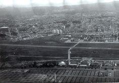 Campo de Marte - Fotografia oblíqua da base aérea, tomada das proximidades do Parque Anhembi (à frente) em direção à Avenida Braz KLeme (ao fundo) / AHSP - Acervo fotográfico do Arquivo Histórico de São Paulo / [1970 c.]   numero 0586
