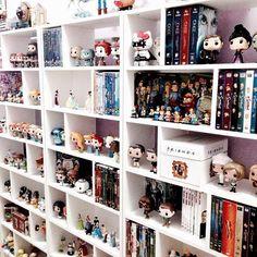 Room decor quarto geek ideas for 2019 Kids Room Shelves, Living Room Shelves, Book Shelves, Library Shelves, Living Rooms, Geek Decor, Sala Nerd, Funko Pop Display, Shelf Display