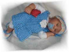 Supersüßes Kleidchen in hellblau und tollem Muster. Eine weiße Häkelblüte ziert den Brustbereich, auf der Rückseite befindet sich ein rosa Herzchen...