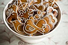 Perníčky - jiný recept Ořechové perníčky  80dkg hl. mouky 30dkg moučk. Cukru 10dkg ml. Ořechů 1dkg jedlé sody 10dkg másla 10dkg sádla 4 vejce 8 pol. Lžic medu 2 pol. Lžíce perníkového koření