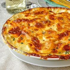 Creamy Dijon Garlic Potatoes Dauphinoise- These beautiful garlic potatoes dauphinoise get additional flavour boosts from Dijon mustard and Gouda cheese! A perfect side dish with Easter ham or lamb. Patate Dauphinoise, Easter Side Dishes, Side Dishes With Ham, French Side Dishes, Rock Recipes, Fodmap Recipes, Potato Dishes, Vegetable Side Dishes, Side Dish Recipes