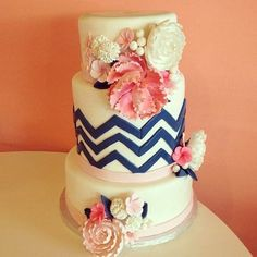 Modern + Floral #Wedding #Cake | 2tarts Bakery | See more: http://www.weddingwire.com/biz/2tarts-bakery-new-braunfels/portfolio/bab54fca6dd12e24.html?page=1&subtab=album&albumId=578aa74537b435a1#vendor-storefront-content