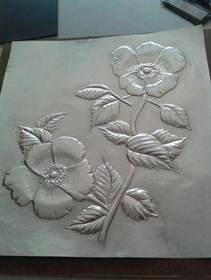 Flores grabadas en metal. Técnica: repujado