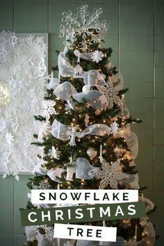 SNOWFLAKE CHRISTMAS TREE Christmas Tree Crafts, Christmas Tree Decorations, Christmas Ideas, Holiday Ideas, Christmas Table Settings, Christmas Tablescapes, Snowflakes, Diy Crafts, Snowman