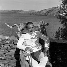 """Salvador Dali pose chez lui à Port Lligat pendant le tournage de l'émission """"Gros plan"""" qui lui est consacrée  Date : 20/08/1961  Crédits : Fallot, Daniel / INA"""