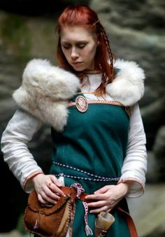 Some women don't need all that bling dangeling on their apron dress to look gorgeous. Redheads have the seductiveness of Loki inherited. Especially when they have emerald green eyes, which you hardly find with any other hair colour! Costume Viking, Viking Garb, Viking Reenactment, Viking Dress, Viking Warrior, Viking Woman, Medieval Dress, Warrior Women, Larp