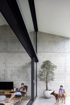 The Binary House project began as a yellow brick bungalow in Woolooware, Sydney, Australia, that was transformed by Christopher Polly Architect to include a dramatic, pavilion-like addition in the back. Bungalow, Modern Architecture House, Interior Architecture, Concrete Architecture, Concrete Interiors, Beton Design, Concrete Houses, Patio Interior, Industrial House
