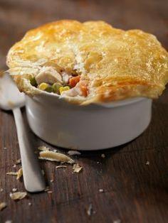 Pâté de poulet onctueux que couronne une croûte de pâte filo fine comme du papier est servi avec une énorme salade d'épinards et arrosé de vin.