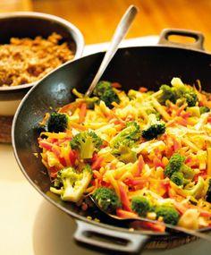 Inkivääri-kasvisvokki Food N, Food And Drink, Feta, Tasty, Yummy Food, Delicious Recipes, Snacks Für Party, I Love Food, Vegetable Recipes