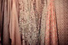 J'aime beaucoup cette image qui démontre plusieurs styles de tissus qui se retrouve dans la même palette de couleur. Les tissus ayant des motifs plus voyant et plus massifs, donne une certaine texture et avec les couleurs, les tissu sont magnifiques. Aussi les tissus ayant des motifs plus précis et compacts, donne de la profondeur et avec les couleurs, cela donne un bel effet. Je trouve ces tissus magnifiques car chacun donne un effet ou texture différente et les couleurs sont très jolies.
