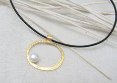 Colgantes - LaLune - Colgante pequeño en chapado oro , perla - hecho a mano por locuracotidiana en DaWanda