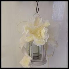 Lanterna con fiori di carta velina.