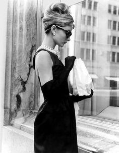 Audrey Hepburn usa o famoso vestido preto desenhado por Givenchy em  Bonequinha de Luxo Estilo Feminino ec15fcec87