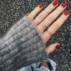 Rings and red nails How to apply nail polish? Nail polish on your friend's nails looks perfect, but you can't apply nail polish as you wish? Red Nails, Hair And Nails, Pink Nail, Gold Nail, Cute Nails, Pretty Nails, Marie Von Behrens, Cherry Nail Art, Piercings