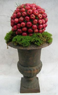 Make a Christmas bauble with decorative apples as a table decoration - Christmas Greenery, Christmas Arrangements, Outdoor Christmas Decorations, Christmas Love, Christmas Baubles, Christmas Holidays, Flower Arrangements, Christmas Wreaths, Holiday Decor