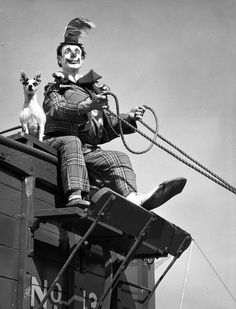 Ringling Circus clown Buzzy Potts with his dog Daisy June. Photo 1949 by Joseph Janney Steinmetz Cirque Vintage, Vintage Circus Photos, Vintage Clown, Le Clown, Circus Clown, Creepy Clown, Ringling Circus, Ringling Brothers Circus, Costumes