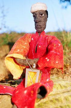 """75cm wysoki, """"Latarnik"""", lalka rzeźbiona w wełnie merynoskiej, na szkielecie drucianym."""
