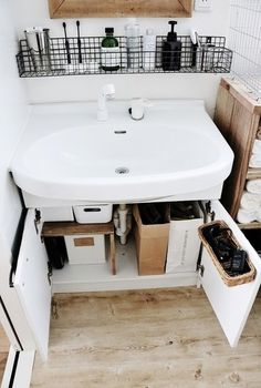 Bathroom Decor countertop SMALL BATHROOM IDEAS Make the most of an ensuite, cloakroom or compact space Size isnt everything when it comes to bathrooms. Organize Bathroom Countertop, Small Bathroom Organization, Diy Organization, Diy Storage, Storage Spaces, Makeup Storage, Storage Ideas, Bathroom Cabinets, Storage Solutions