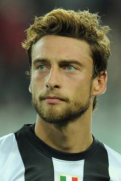 "Claudio Marchisio ""Nel a sette anni, Marchisio entra a far parte del… Claudio Marchisio, Blue Eyed Men, Football Icon, Short Beard, Soccer News, Antoine Griezmann, Face Men, Muscular Men, Sport Man"