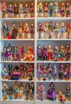 I am a modern doll collector and here you will find photos showcasing my collection. My main focus is dolls (Shibajuku, Disney, Ever After High) but I also collect Tokidoki figures, Disney Tsum Tsums, and Teeny Tys! Ever After High, Lol Dolls, Cute Dolls, Bratz Doll, Barbie Dolls, Instruções Origami, Doll Storage, Monster High Characters, All Monster High Dolls