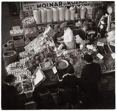 Fotó: Szöllősy Kálmán: Zöldséges stand az egyik vásárcsarnokban, 1930-as évek, 17×17,8 cm © Magyar Nemzeti Múzeum Történeti Fényképtár