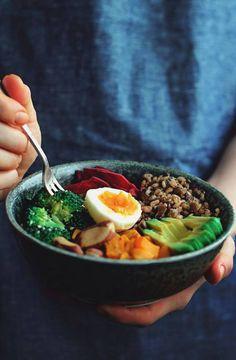 Assiette gourmande (Oeufs durs+Brocolis+Carottes+Avocats+Noix+Blé+Betteraves)