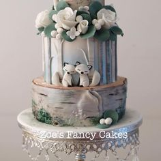 A nice wintery themed cake from the silver birch class I ran last month :) I'm adding a new date to the diary for this one for sat 4th March (in Leeds). I'll also be teaching this down in Devon on the 9th March (just a couple of spaces left on this one)  Please private message me if you like more information #zoesfancycakeclasses #silverbirchcake #snowfoxes #weddingcake #silverbirchwedding
