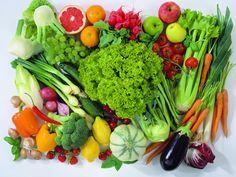Мы сметаем овощи и фрукты с прилавков магазинов, даже не задумываясь, чем их удобряли. А сегодня достаточно сложно найти экологически чистый продукт питания. Но от нитратов и пестицидов можно частично избавиться: для этого овощи и фрукты нужно правильно вымыть и очистить. Ниже приведены советы, как именно нужно это делать.