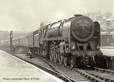 Fantastic picture of Britannia class locomotive Sir Christopher Wren entering Kings Cross station in October 1962 Diesel Locomotive, Steam Locomotive, Train Car, Train Tracks, Steam Trains Uk, Flying Scotsman, Rail Transport, Steam Railway, Train Times