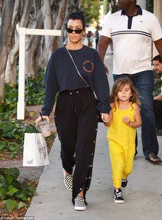 Kourtney Kardashian kauft mit Tochter Penelope in LA ein Estilo Kardashian, Robert Kardashian, Khloe Kardashian, Kourtney Kardashian Sunglasses, Fashion Models, Star Fashion, Fashion Outfits, Kendall, Kylie
