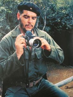 Che with Leica M3 with Visoflex II.